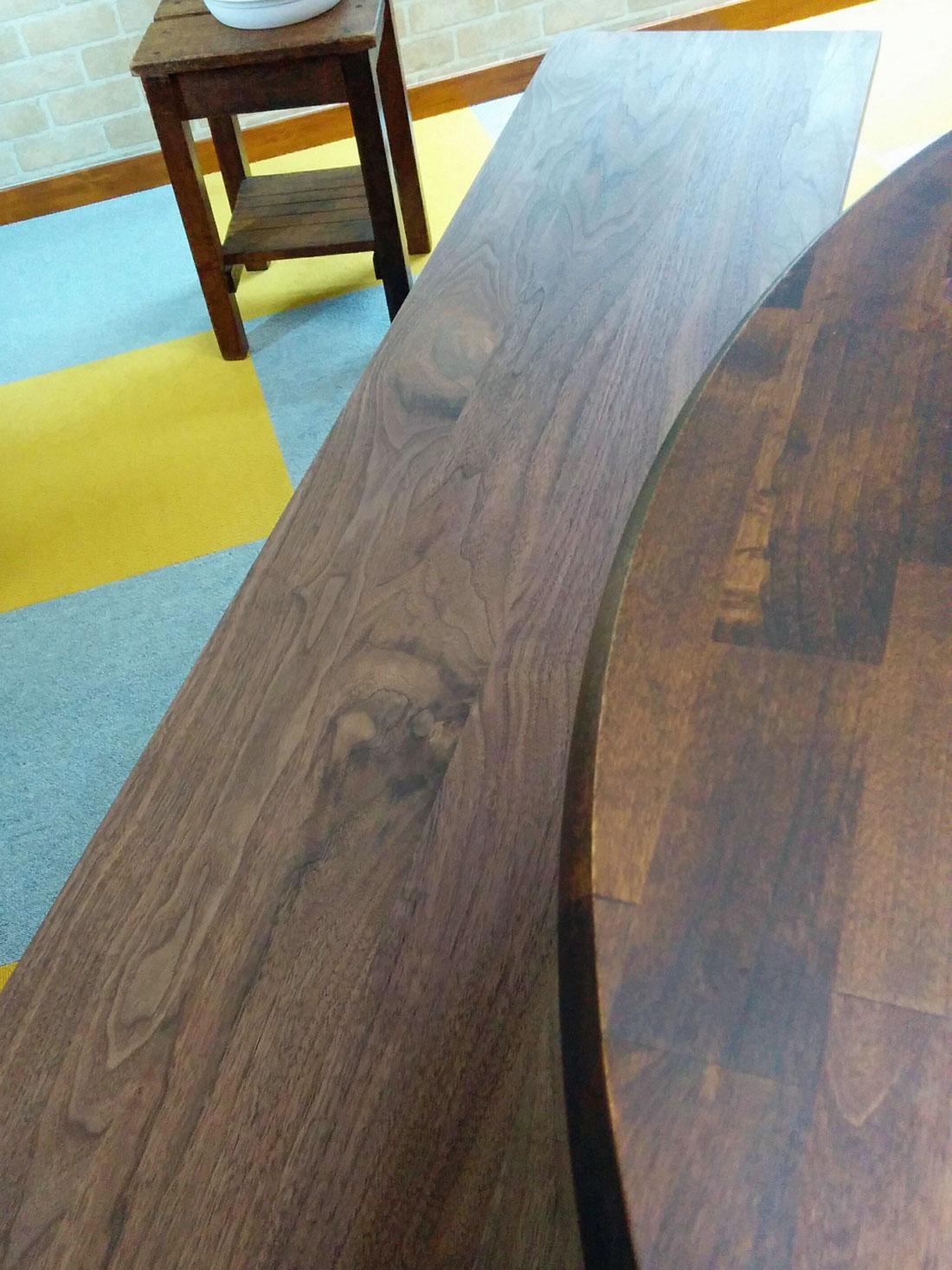 画像 マスターウォールのワイルドベンチと丸テーブル