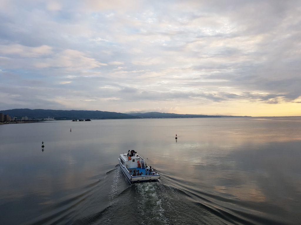 画像 宍道湖を西方面に進む船